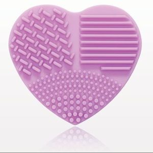 Makeup - Silicone heart shaped brush cleansing